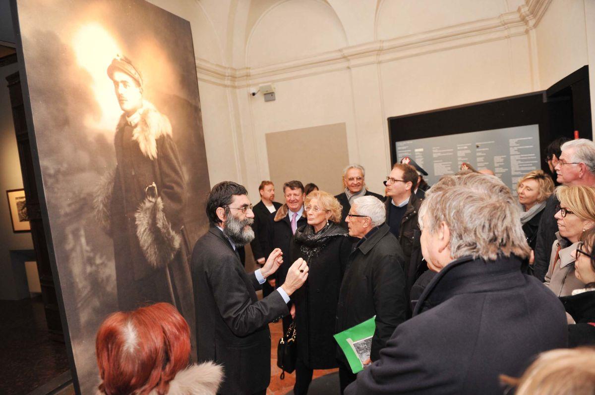 Marco Pizzo all'ingresso della mostra con Franco Marini ed altri visitatori
